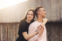 Счастливые молодые пары друзей, подростков, студентов обнимая на улице города стоковые изображения