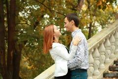 Счастливые молодые пары напольные Стоковые Изображения RF