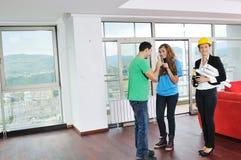 Счастливые молодые пары покупая домой Стоковая Фотография RF