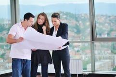 Счастливые молодые пары покупая новый дом Стоковые Изображения