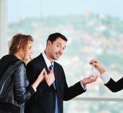 Счастливые молодые пары покупая новый дом Стоковая Фотография RF