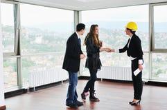 Счастливые молодые пары покупая новый дом Стоковое фото RF