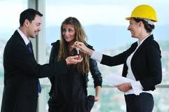 Счастливые молодые пары покупая новый дом Стоковое Изображение RF