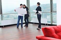 Счастливые молодые пары покупая новый дом Стоковая Фотография