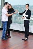 Счастливые молодые пары покупая новый дом Стоковые Фото