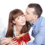 Счастливые молодые пары с красным подарком Стоковые Фотографии RF