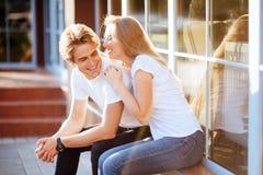 Счастливые молодые пары с на солнечным летним днем в городе стоковые фотографии rf