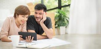 Счастливые молодые пары с цифровой таблеткой стоковое изображение rf