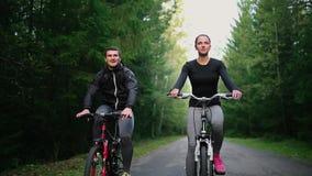 Счастливые молодые пары - человек и женщина - задействуя в лете в природе видеоматериал