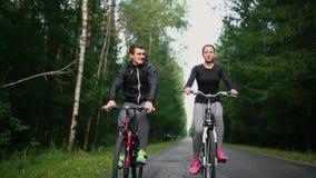 Счастливые молодые пары - человек и женщина - задействуя в лете в природе акции видеоматериалы