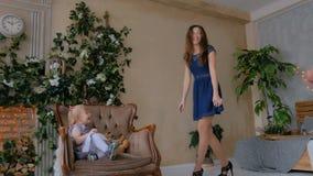 Счастливые молодые родители и их дочь младенца играя togerher сток-видео