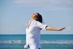 Счастливые молодые пары имеют потеху на красивейшем пляже Стоковые Изображения RF