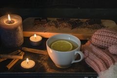 Счастливые моменты на вечере зимы стоковое изображение