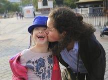 Счастливые моменты семьи в городе стоковые изображения rf