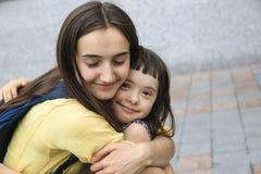 Счастливые моменты семьи в городе стоковые фотографии rf