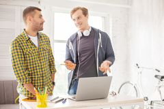 Счастливые мужские коллеги вводя новую стратегию Стоковое Изображение RF