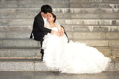 Счастливые невеста и groom на их день свадьбы. Стоковое Изображение RF