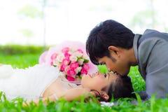 Счастливые невеста и groom Стоковые Фотографии RF