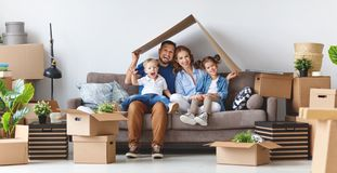 Счастливые отец и дети матери семьи двигают к новой квартире стоковые изображения