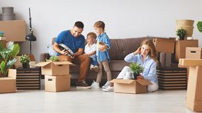 Счастливые отец и дети матери семьи двигают к новой квартире стоковая фотография