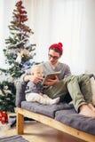 Счастливые отец и сын при компьютер ПК таблетки играя дома Стоковая Фотография RF