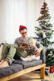 Счастливые отец и сын при компьютер ПК таблетки играя дома Стоковое фото RF