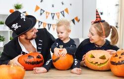 Счастливые отец матери семьи и сын ребенка в костюмах и составе Стоковые Изображения RF