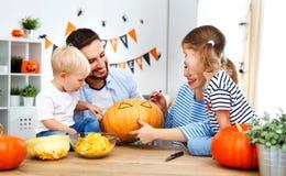 Счастливые отец матери семьи и тыква отрезка детей для освящают Стоковые Фотографии RF