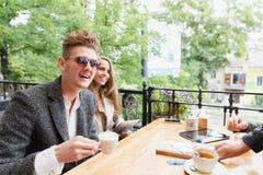 Счастливые парень и подруга на кафе на запачканной предпосылке Концепция отношения скопируйте космос Стоковая Фотография RF