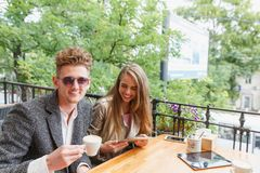 Счастливые парень и подруга на кафе на запачканной предпосылке Концепция отношения скопируйте космос Стоковые Изображения