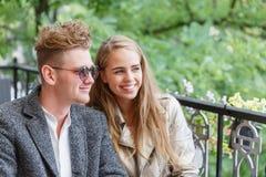 Счастливые парень и подруга на кафе на запачканной предпосылке Концепция отношения скопируйте космос Стоковая Фотография