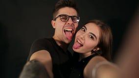 Счастливые пары битника принимая selfie на черноте видеоматериал