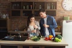 Счастливые пары варя здоровую еду совместно стоковое фото rf