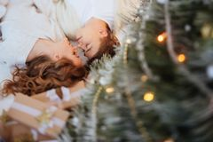 Счастливые пары влюбленности празднуют праздники рождества стоковое изображение rf