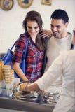 Счастливые пары выбирая мороженое стоковое фото