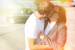 Счастливые пары в как раз купленной влюбленности, новым автомобилем от торговца и владением k Стоковые Изображения