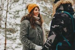 Счастливые пары в любов молодого человека и женщины на природном парке леса Любовная история приключения перемещения стоковые изображения
