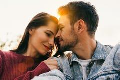 Счастливые пары в любов наслаждаясь одином другого обнимать солнечности смотря с любовью имея глаза полные счастья стоковое фото