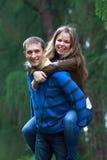 Счастливые пары в парке Стоковые Изображения RF