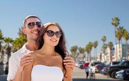 Счастливые пары в солнечных очках над пляжем Венеции стоковое изображение rf