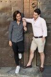 Счастливые пары гея посещая средневековое место в Каталонии стоковые изображения