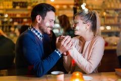 Счастливые пары говоря на баре и имея дату Стоковое фото RF