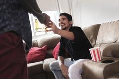 Счастливые пары гомосексуалиста смотря игру спорт на ТВ дома стоковые фотографии rf