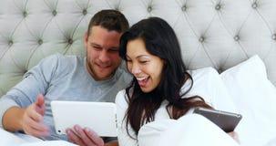 Счастливые пары делая видео- звонок на цифровой таблетке 4k акции видеоматериалы