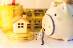 Счастливые пары делая запас, деньги, торговую операцию приводящ в богатстве и удачу капиталовложений предприятий успешно путем сл стоковая фотография