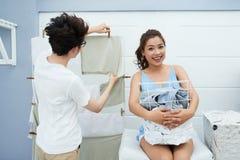 Счастливые пары делая прачечную Стоковые Изображения