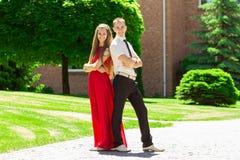 Счастливые пары дела идя в парк стоковые фото