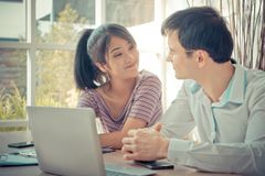 Счастливые пары дела работая совместно дома Стоковая Фотография RF