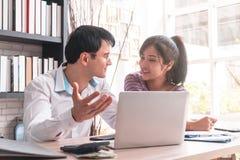 Счастливые пары дела работая совместно дома Стоковое Изображение
