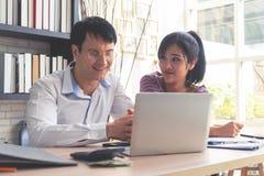 Счастливые пары дела работая совместно дома Стоковые Фото